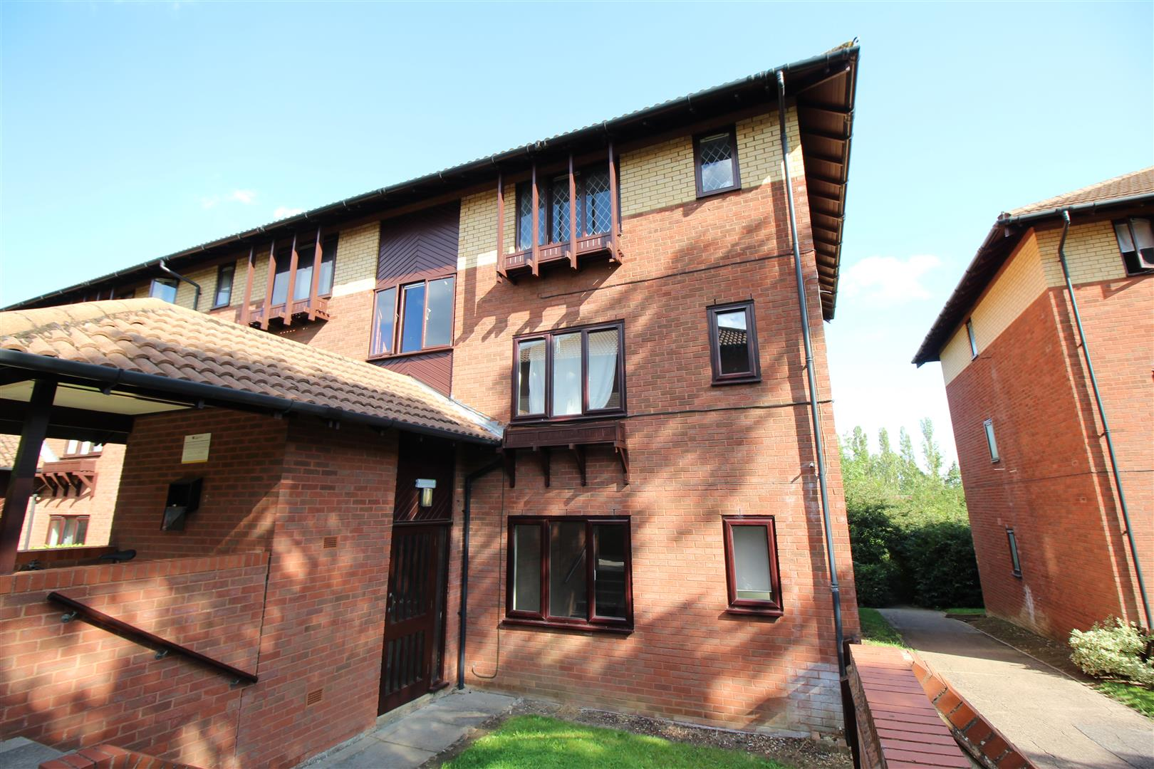 A one double bedroom top floor apartment located close to the Grand Union Canal with lovely walks either way through Milton Keynes. The property is close to excellent road and public transport links including both buses and the Milton Keynes Central trai